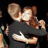 Justin Bieber y Demi Lovato se abrazan en los MTV Video Music Awards 2011