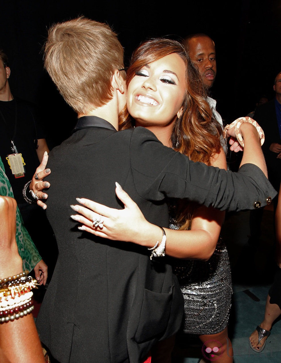Justin Bieber y Demi Lovato se abrazan en los MTV Video Music Awards 2011