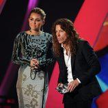 Miley Cyrus y Shaun White presentan un premio en los VMA 2011