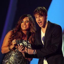 Demi Lovato y Chord Overstreet presentan un premio en los VMA 2011