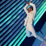 Chris Brown saltando durante su actuación en los VMA 2011