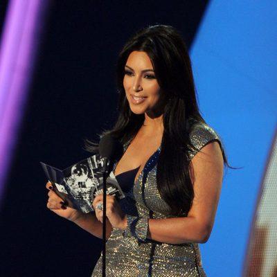 Kim Kardashian presenta un premio en los MTV Video Music Awards 2011
