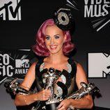 Katy Perry posa orgullosa con sus tres premios en los VMA 2011