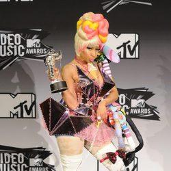 Nicki Minaj, estrafalaria y encantada con su premio en los VMA 2011