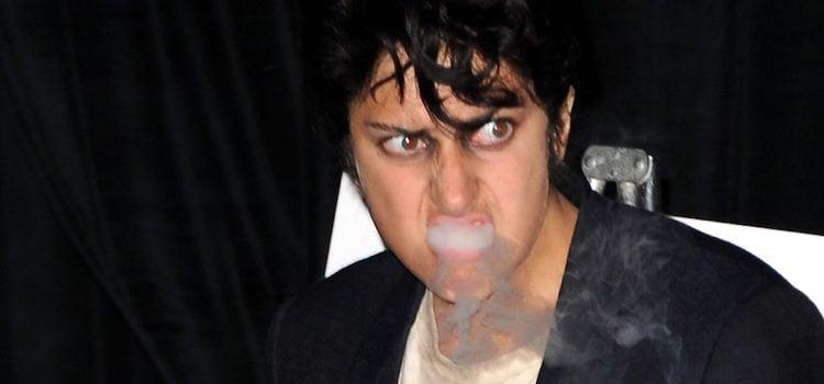 Lady Gaga bebiendo y fumando como Joe Calderone en los VMA 2011