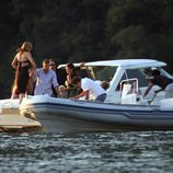 George Clooney, Cindy Crawford y unos amigos en un barco en el lago Como