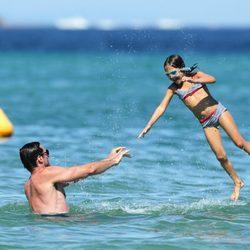 Hugh Jackman juega con su hija Ava en Saint-Tropez