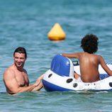 Hugh Jackman y su hijo Oscar en Saint-Tropez