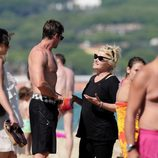 Hugh Jackman y Deborra Lee Furness charlan en la playa de Saint-Tropez