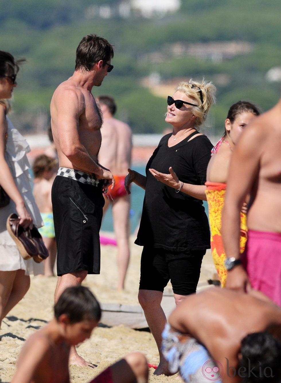 Hugh Jackman y Deborra Lee Furness charlan en la playa de Saint-Tropez