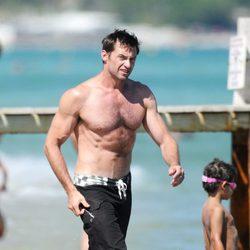 Hugh Jackman luce su torso desnudo por la orilla en Saint-Tropez