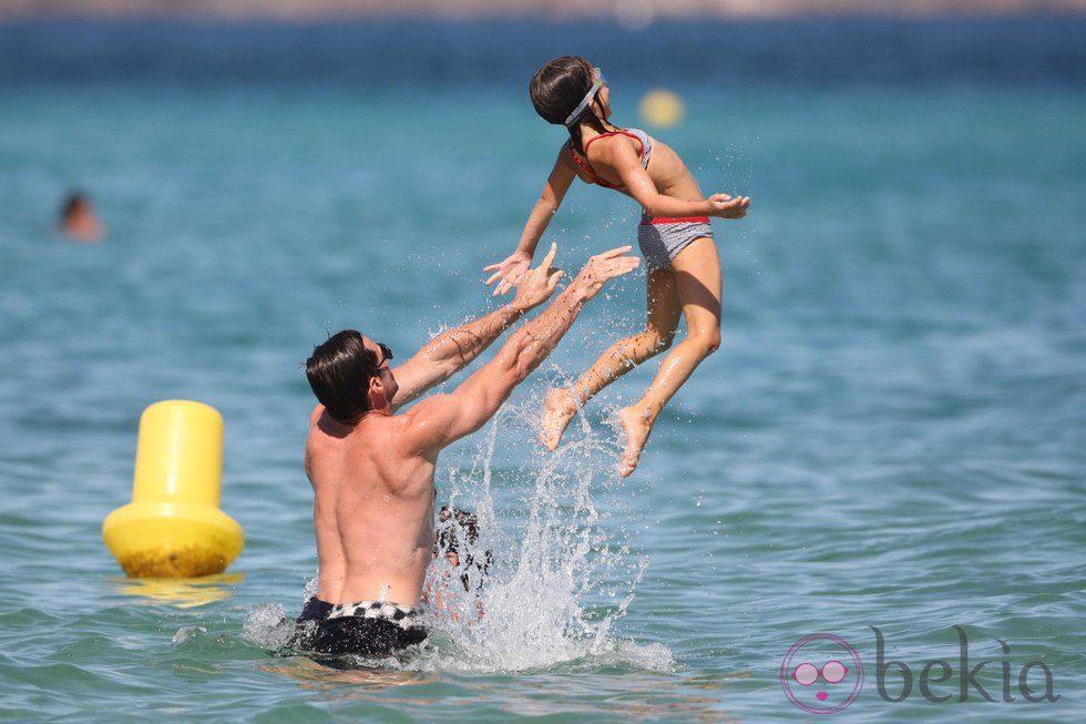 Hugh Jackman lanza a su hija Ava al mar en Saint-Tropez