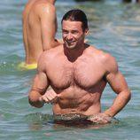 Hugh Jackman presume de torso desnudo bañándose en el mar en Saint-Tropez