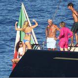 Bar Refaeli presume de 'músculos' ante sus amigos en un barco en Portofino