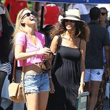 Bar Refaeli ríe junto a una amiga mientras dan un paseo por Portofino