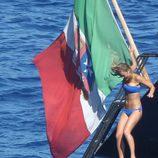 Bar Refaeli salta al agua desde un barco en Portofino
