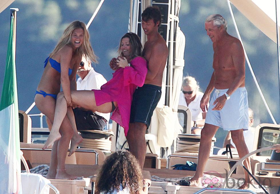 Bar Refaeli jugando con unos amigos en un barco en Portofino