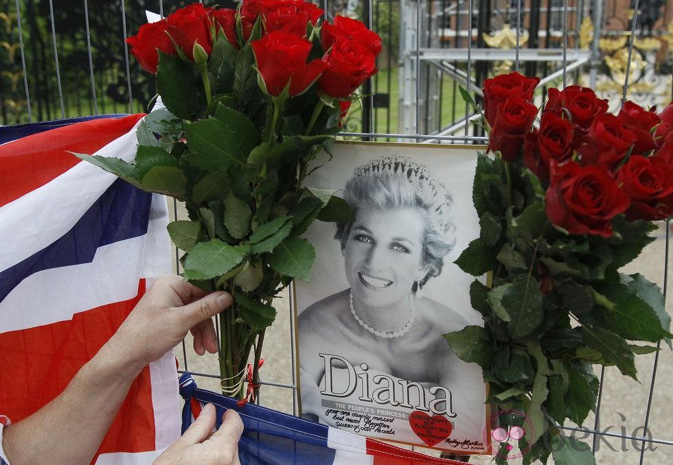 Flores para rendir homenaje a Lady Di 14 años después de su muerte