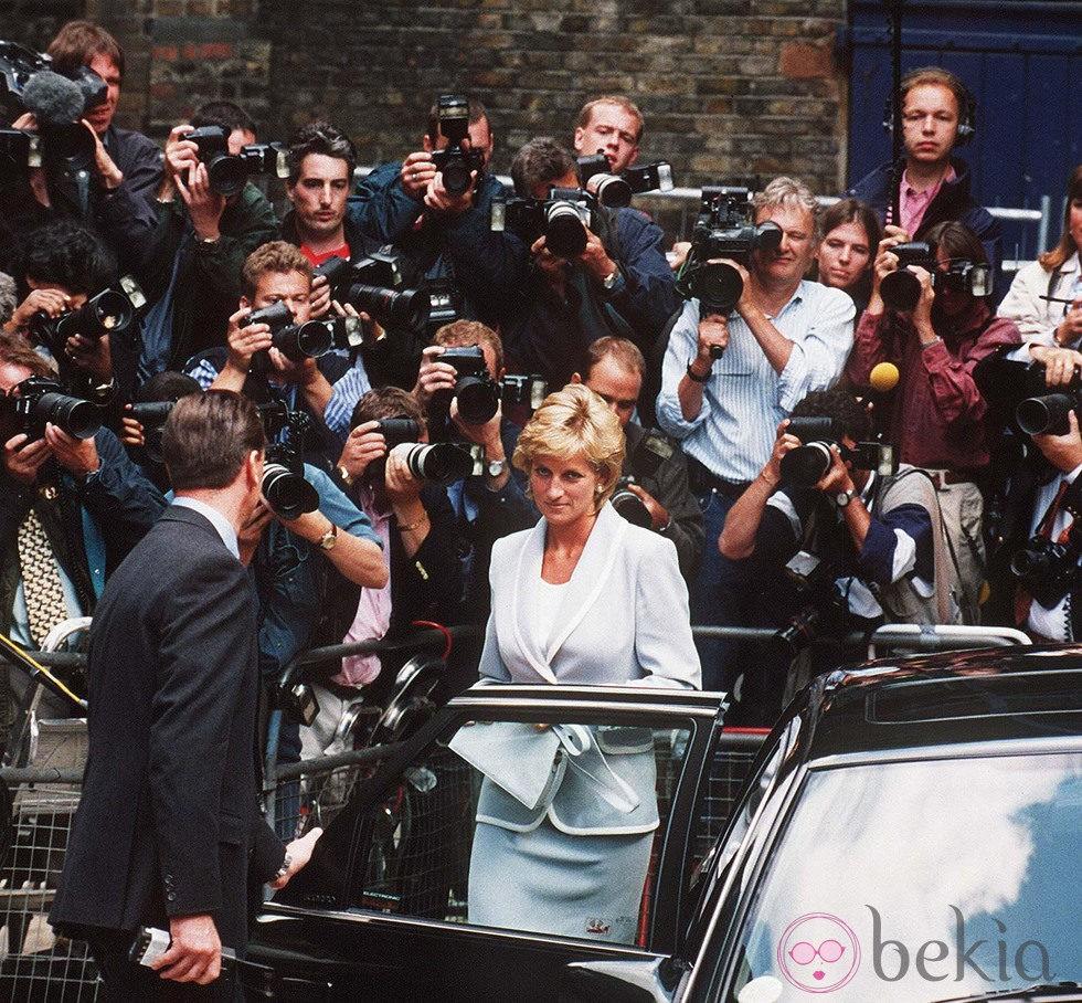 La Princesa Diana de Gales con un mar de fotógrafos