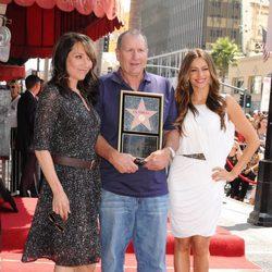 Ed O'Neill posa con su estrella junto a Katy Sagal y Sofía Vergara