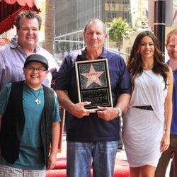 Ed O'Neill posa con su estrella y sus compañeros de 'Modern Family'