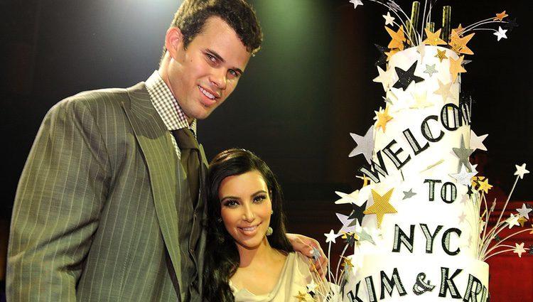 Kim Kardashian y Kris Humphries con la tarta de su fiesta de recién casados