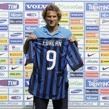 Diego Forlán en la presentación como jugador del Inter de Milán