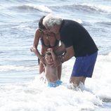 Flavio Briatore y Elisabetta Gregoraci saltan olas con su hijo en Italia