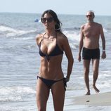 Elisabetta Gregoraci presume de cuerpo en bikini en Italia