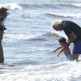 Flavio Briatore y Elisabetta Gregoraci con su hijo en la playa