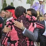 Fran y Cayetano Rivera se abrazan en la corrida Goyesca de Ronda