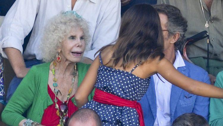 Cayetana Rivera saluda a la Duquesa de Alba y a Alfonso Díez en la Goyesca