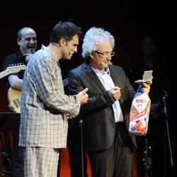 Luis Larrodera y Xavier Deltell en la clausura del FesTVal de Vitoria