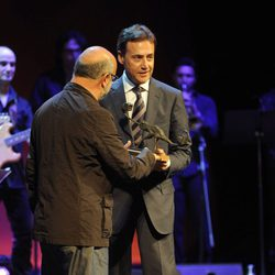 Matías Prats recibe un premio en el clausura del FesTVal de Vitoria