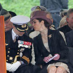 Los Príncipes Federico y Mary de Dinamarca charlan durante el homenaje a los soldados caídos