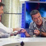 Antonio Banderas se divierte con Pablo Motos en 'El hormiguero'