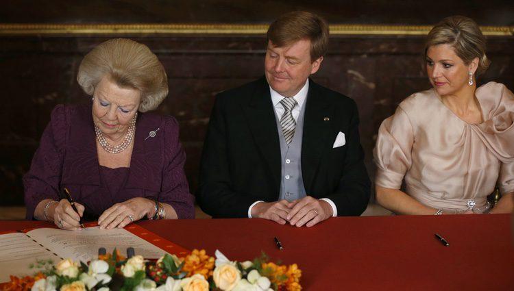 La Reina Beatriz firma el Acta de Abdicación junto a Guillermo y Máxima de Holanda