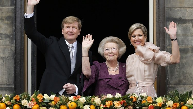 Beatriz de Holanda y los Reyes Guillermo y Máxima saludan tras la abdicación