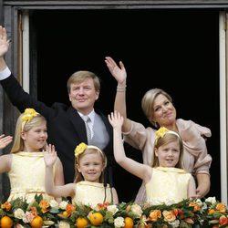 Guillermo y Máxima y sus hijas saludan tras la abdicación de Beatriz de Holanda