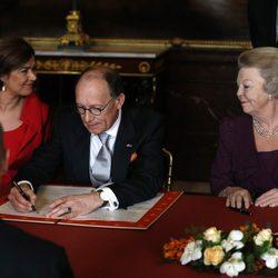 Fred de Graaf firma el Acta de Abdicación de Beatriz de Holanda