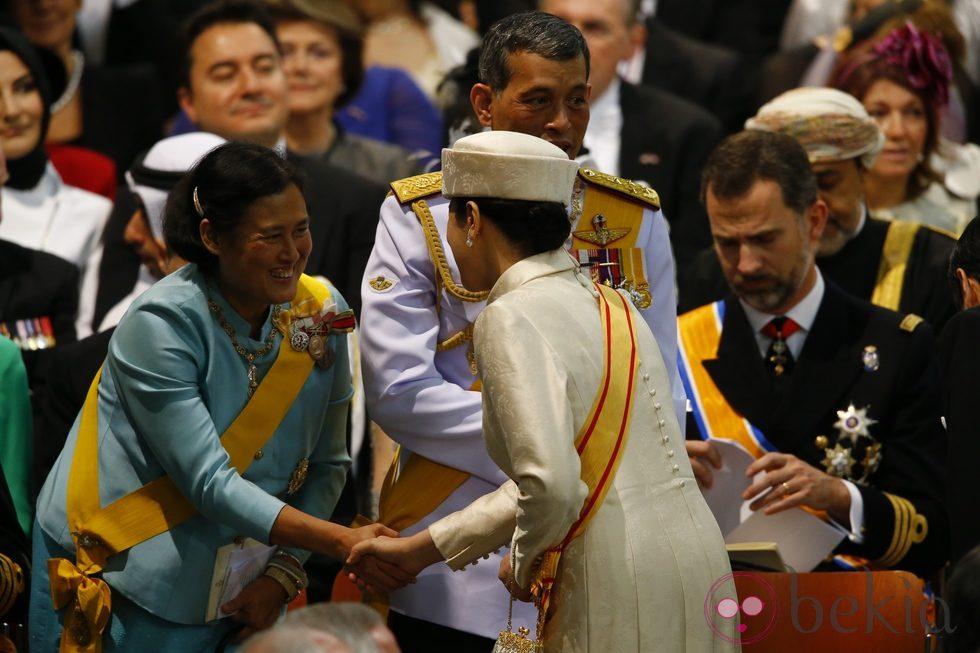Los príncipes Naruhito y Masako de Japón saludan a la Princesa Sirindhorn de Thailandia