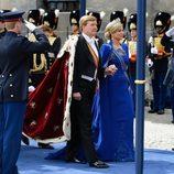 Los Reyes Guillermo y Máxima de Holanda a su llegada a la iglesia de Nieuwe Kerk