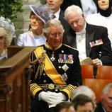 El príncipe Carlos de Inglaterra y Camila Parker durante la investidura de Guillermo Alejandro de Holanda