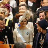 El Príncipe Felipe, Victoria de Suecia y Mozah de Qatar durante la investidura de Guillermo Alejandro de Holanda