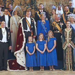 Los Reyes Guillermo y Máxima con los invitados reales a la investidura