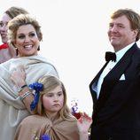 Los Reyes Guillermo Alejandro y Máxima y la Princesa Amalia en el crucero de la coronación