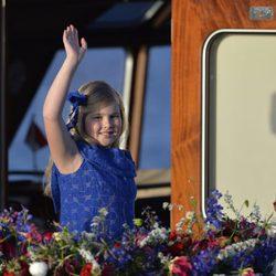 Amalia de Holanda saluda durante el crucero de la coronación del Rey Guillermo Alejandro