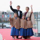 Los Reyes Guillermo Alejandro y Máxima y sus hijas en la cena de gala por la coronación