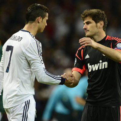 Iker Casillas saluda a Cristiano Ronaldo tras la eliminación del Real Madrid en la Champions