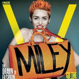 Miley Cyrus posa con un bolso con su nombre